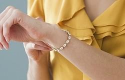 Как застегнуть браслет самой себе? Способы застегнуть браслет с помощью скрепки, скотча, толстой нитки. Приспособление.