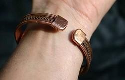Медный браслет: на какой руке носить и с какой целью