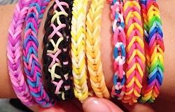 Схемы плетения браслетов из резинок. Как и чем плести? Пошаговые алгоритмы изготовления браслетов из резинок.