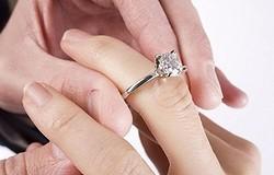 На каком пальце носят помолвочное кольцо: особенности