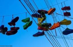 Что означают кроссовки на проводах: зачем вешают кроссовки на провода в России