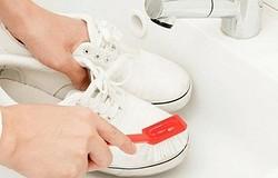 Как почистить белые кроссовки? Как очистить кожу, замшу, ткань? Методы отбеливания верха и подошвы кроссовок.
