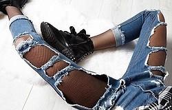 Сочетание колготок и рваных джинсов: доводы «за» и «против»