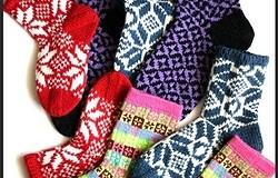 Красивые узоры для вязания носков спицами: праздничные модели.