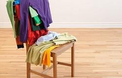 Почему одежду нельзя вешать на спинку стула: три важных причины