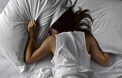 Почему нельзя спать на двух подушках: примета и толкование