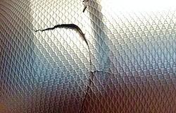 Чем лучше заклеить трещину в лопнувшем чемодане: ремонт корпусов своими руками